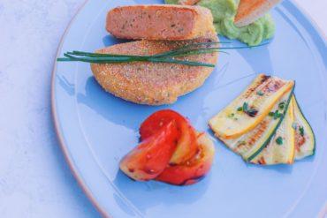 fishburger di salmone e mazzancolle con zucchine, pomodori e avocado sauce