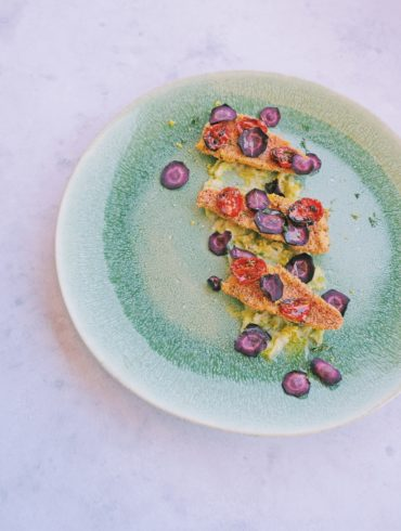 Triglie, carote viola, pomodoirni confit, cipollotti e limone